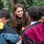The Duchess makes treats for birds at King Henry's Walk Garden in Islington / Photo copyright RHS / Suzanne Plunkett